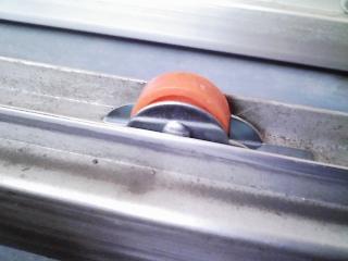 家の修理 アルミサッシの雨戸が重いので戸車(車輪)を交換する