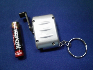 超小型発電式LEDライトが280円(似たものが登山用品店にも)