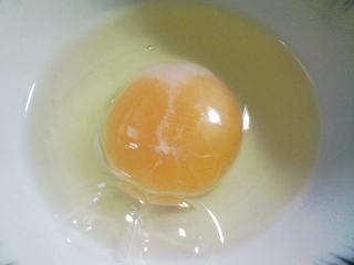 本日の朝ご飯のおかず 生卵、ピーマン味噌炒めなど