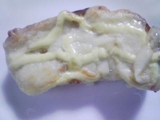 本日のお昼ご飯 ホットドッグ、自家製食パンの残りでピザパンなど