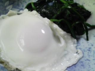 本日の朝ご飯のおかずの写真 目玉焼き、煮干し出汁の味噌汁など