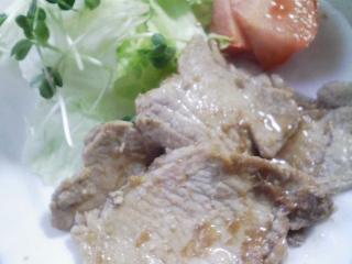 本日のお昼ご飯の写真 士別・日の出食品の雪国物語(うどん)、ふじの華・幌加内そば、豚肉のショウガ焼きなど