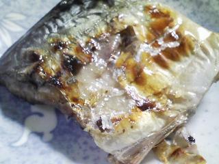 本日の朝ご飯のおかずの写真 千葉産真サバの塩焼き、サバとアジ出汁の味噌汁など