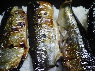 本日の晩ご飯のおかずの写真 北海道産サンマの丸干しの蒲焼き重、イワシ出汁の味噌汁など