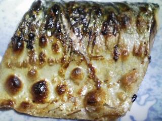 本日の晩ご飯のおかずの写真 千葉産真サバの塩焼き、豚肉と野菜の煮込み(ポトフ)など