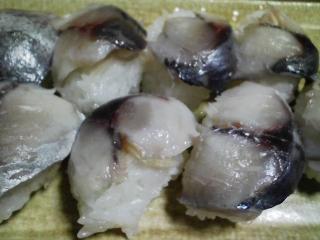 本日の晩ご飯のおかずの写真 神奈川の横須賀産青アジの酢漬けの寿司、青アジ出汁の野菜鍋など