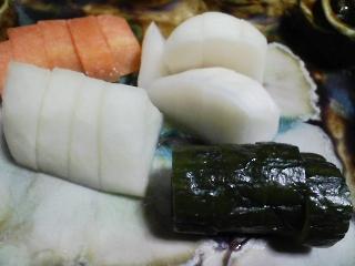 本日の晩ご飯のおかずの写真 神奈川の長井産イシモチの塩焼き、鶏肉と野菜の鍋など
