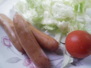 本日の朝ご飯の写真 茹でたソーセージ、蒸したカボチャ