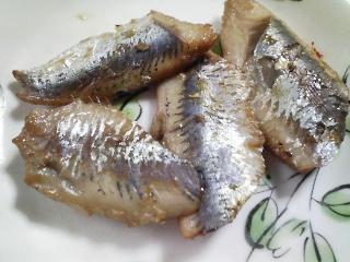 本日の朝ご飯のおかずの写真 高知産真イワシの塩焼き、青森産ホタテの稚貝の味噌汁など