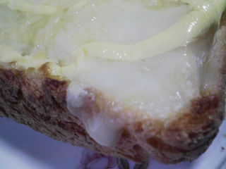 本日のお昼ご飯の写真 自家製食パンの残りでピザパン、牛肉と野菜のシチュー