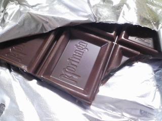 試食 森永のミルクチョコレートを食べる