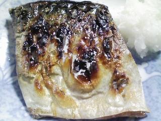 本日の朝ご飯のおかずの写真 千葉産真サバの塩焼き、煮干し出汁の味噌汁など