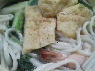本日のお昼ご飯の写真 北海道下川町 伊藤製麺さんの下川うどんで鍋焼きうどん、神奈川の長井のイワシの甘露煮など