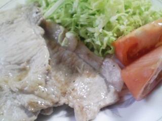 本日のお昼ご飯の写真 北海道江別製粉の強力粉の自家製パン、豚肉の塩胡椒焼きなど