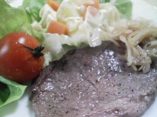 本日のお昼ご飯のおかずの写真 黒毛和牛のもも肉のステーキ