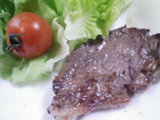 本日のお昼ご飯のおかずの写真 黒毛和牛のもも肉のステーキ、ひよこ豆のスープ