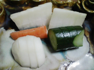 本日の晩ご飯のおかずの写真 神奈川の三浦産サヨリの塩焼き、青森産ホタテ貝のスープ、さやごと焼いたそら豆など