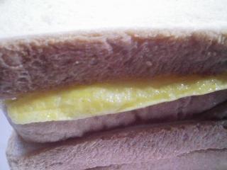 本日のお昼ご飯のおかずの写真 自家製サンドイッチ、サラダ