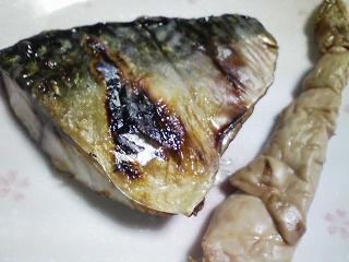 本日の晩ご飯のおかずの写真 静岡産真サバの塩焼き、アジ出汁の味噌汁など