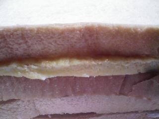 本日のお昼ご飯の写真 自家製サンドイッチ(卵とハム)、サラダ