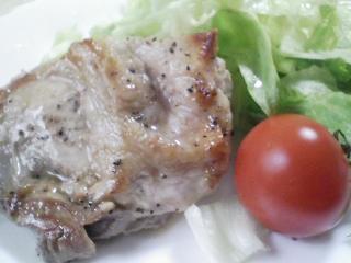 本日のお昼ご飯の写真 北海道のマルナカさんのうどん、豚肉の塩胡椒焼き