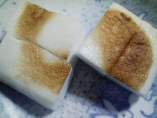 本日の朝ご飯のおかずの写真 イワシレモンスープの缶詰、青アジ出汁の味噌汁など