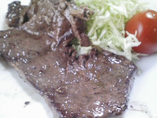 本日のお昼ご飯の写真 パン焼き器(ホームベーカリー)で何故かハーフサイズの自家製食パン(小麦は、北海道江別製粉)、黒毛和牛のもも肉のステーキ