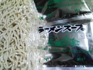 本日のお昼ご飯の写真 北海道士別市日の出食品産のサフォークラーメンしお味