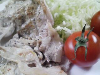 本日のお昼ご飯のおかずの写真 豚肉の塩胡椒焼き、自家製香の物など