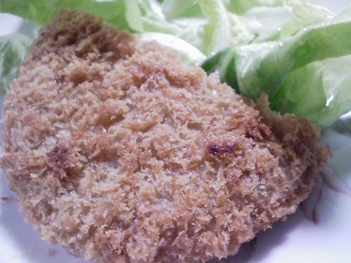 本日のお昼ご飯のおかずの写真 神奈川の長井のマンボウの湯引き、長井水産のマグロのメンチカツ