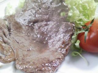 本日のお昼ご飯のおかずの写真 黒毛和牛のもも肉のステーキ、ジャガイモ・キタカムイのスープなど