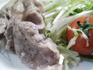 本日のお昼ご飯の写真 タケノコの皮で巻いたおにぎり、豚肉の塩胡椒焼き
