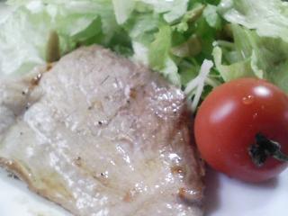 本日のお昼ご飯の写真 自家製食パンの残りでピザパン、豚肉の塩胡椒焼き