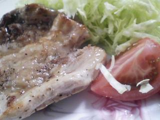 本日のお昼ご飯の写真 山口県萩の若芽のおにぎり(サラメシ紹介を再現)、豚肉の塩胡椒焼きなど