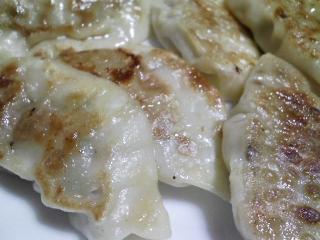 本日のお昼ご飯のおかずの写真 千葉産真サバの塩焼き、青森産ホタテの稚貝の味噌汁など
