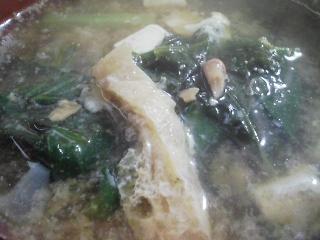 本日の朝ご飯のおかずの写真 千葉産真イワシの塩焼き、牛肉とゴボウの煮込み、煮干し出汁の味噌汁など