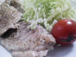 本日のお昼ご飯の写真 おにぎり、豚肉の塩胡椒焼きなど