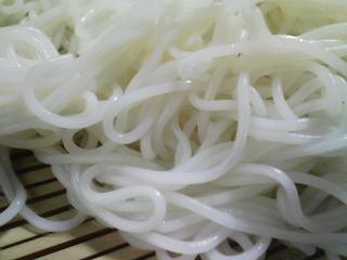 本日のお昼ご飯の写真 北海道士別市日の出食品さんのそうめん、マルナカさんのみのりそば、鶏肉のポトフ