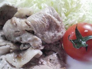 本日のお昼ご飯のおかず写真 豚肉の塩胡椒焼き、自家製餃子の残りなど
