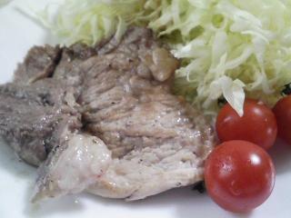 本日のお昼ご飯の写真 北海道士別日の出食品さんのそうめん、北海道マルナカさんのみのりそば、豚肉の塩胡椒焼き