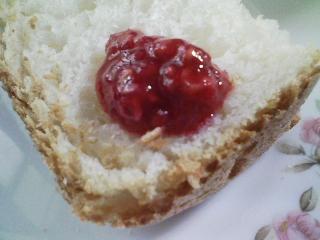 本日のお昼ご飯の写真 パン焼き器(ホームベーカリー)で自家製食パン(小麦は、北海道多寄の春よ恋)、豚肉の塩胡椒焼きなど