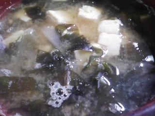 本日の朝ご飯のおかずの写真 オムレツ、煮干し出汁の味噌汁など