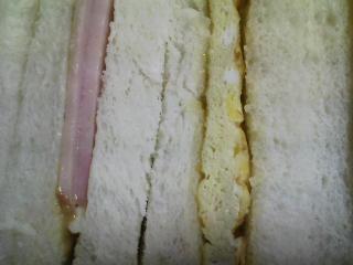 本日のお昼ご飯の写真 自家製サンドイッチ、サラダ