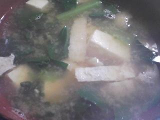 本日の朝ご飯のおかずの写真 神奈川の三浦産シコイワシの塩焼き、煮干し出汁の味噌汁など