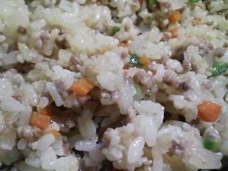 本日のお昼ご飯の写真 チャーハン、茹でた宮崎産トウモロコシなど