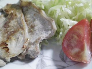 本日のお昼ご飯の写真 パン焼き器(ホームベーカリー)で自家製食パン(小麦は、北海道音更のの春の香りの青い空)、豚肉の塩胡椒焼き