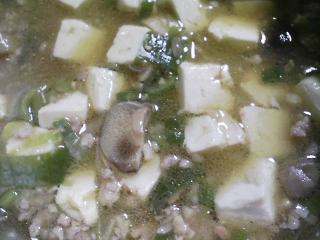 本日の朝ご飯のおかずの写真 炒り卵、煮干し出汁の味噌汁など