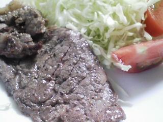 本日のお昼ご飯のおかずの写真 黒毛和牛のもも肉のステーキ、大根の葉の炒め物など