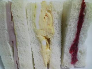 本日のお昼ご飯の写真 自家製サンドイッチ(ハム、卵、ラズベリージャム)など