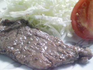 本日のお昼ご飯のおかずの写真 黒毛和牛のもも肉のステーキ、明太子